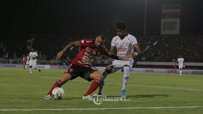 Pemain Bali United, Paulo Sergio berebut bola dengan Pemain Arema, Alfin Tuasalamony dalam babak lanjuran pertandingan Liga 1 di Stadion Dipta,Gianyar, Sabtu (24/8). Bali United menang 2-1.(Tribun Bali/Rizal Fanany)