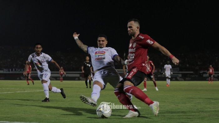 Pemain Bali United, Ilija Spasojevic berebut bola dengan Pemain Arema, Arthur Cunha dalam babak lanjuran pertandingan Liga 1 di Stadion Dipta,Gianyar, Sabtu (24/8). Bali United menang 2-1.(Tribun Bali/Rizal Fanany)