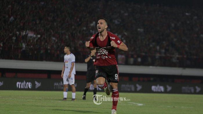 Pemain Bali United, Ilija Spaso melakukan selebrasi usai mencetak gol ke gawang tim Arema FC  dalam babak lanjuran pertandingan Liga 1 di Stadion Dipta,Gianyar, Sabtu (24/8). Bali United menang 2-1.(Tribun Bali/Rizal Fanany)