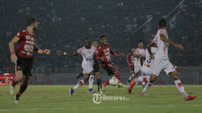Pemain Bali United, Yabes Roninberebut bola dengan pemain Persipura Jayapura, Conteh dalam pertandingan babak lanjutan Liga 1 di Stadion I Wayan Dipta,Gianyar, Bali, Minggu (8/12). Bali United bermain imbang 1-1. (Tribun Bali/Rizal Fanany)