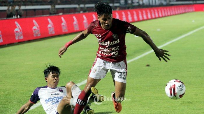 Pemain Bali United, Andika Wijaya berebut bola dengan Pemain Persita Tangerang dalam pertandingan perdana Liga 1 di Stadion Dipta, Gianyar, Minggu (1/3/2020). Bali United ditahan imbang 0-0. (Tribun Bali/Rizal Fanany)