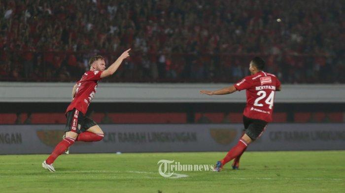 Pemain Bali United, Melvin Platje melakukan selebrasi bersama rekannya usai mencetak gol ke gawang  PSM Makassar dalam pertandingan Liga 1 pekan 10 di Stadion Dipta, Gianyar, Kamis (1/8). Bali United menang 1-0.(Tribun Bali/Rizal Fanany)