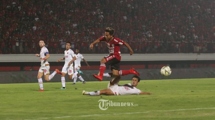 Pemain Bali United, Fahmi Al-Ayubi berebut bola denhan pemain PSM Makassar Beny Wahyudi dalam pertandingan Liga 1 pekan 10 di Stadion Dipta, Gianyar, Kamis (1/8). Bali United menang 1-0.(Tribun Bali/Rizal Fanany)