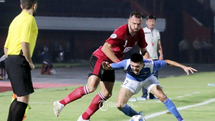 Pemain Bali United, Ilija Spasojevic berebut bola dengan pemain Than Quang Ninh dalam pertandingan AFC 2020 di Stadion Dipta, Gianyar, Selasa (11/2/2020). Bali United menang 4-1. (Tribun Bali/Rizal Fanany)
