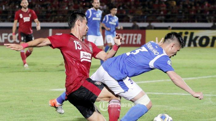 Pemain Bali United, Gavin Kwan berebut bola dengan pemain Than Quang Ninh dalam pertandingan AFC 2020 di Stadion Dipta, Gianyar, Selasa (11/2/2020). Bali United menang 4-1. (Tribun Bali/Rizal Fanany)