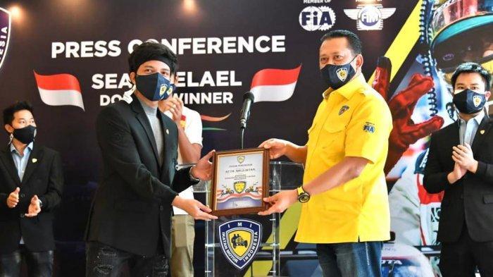 Bamsoet Kukuhkan Atta Halilintar Sebagai Presiden Komunitas Motor Listrik Indonesia (KMLI)
