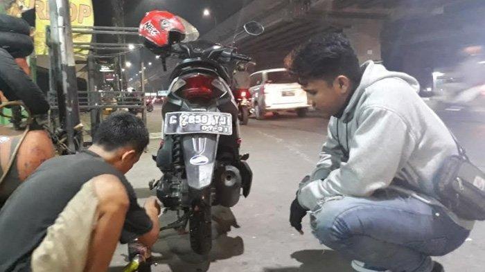 Mudik ke Brebes Rindu Anak Istri, Yanto Mengalami Ban Bocor di Jalan Raya Kalimalang