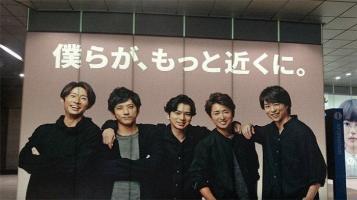 Grup band Arashi Jepang yang terkenal. Kazunari Ninomiya (36), nomor dua dari kiri. Iklan di sebuah stasiun kereta api Jepang.