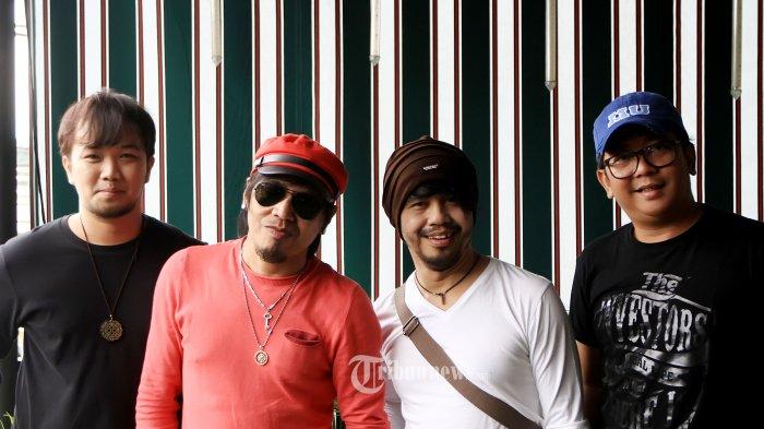 Grup band Radja yang beranggotakan Ian Kasela (vokal), Moldy (gitar), Seno (drum), dan Indra (bass) saat merilis single terbaru mereka yang berjudul 'Setia' di kawasan Arteri Pondok Indah, Jakarta Selatan, Jumat (18/3/2016). Single Setia masih mengusung kisah cinta yang dipercaya Radja sebagai sebuah tema yang selalu diminati oleh penikmat musik Indonesia. Jatuh cinta pada pandangan pertama menjadi suguhan cerita dengan musik yang agak sedikit berbeda dari lagu-lagu sebelumnya. Tribunnews/Jeprima