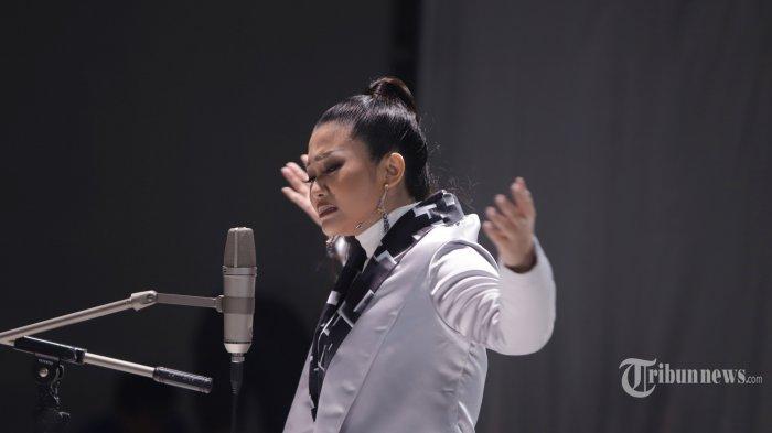 Penyanyi dangdut Fitri Carlina berduet dengan band Wali saat syuting video klip di Jakarta, Rabu (12/2/2020). Wali berduet dengan Fitri Carlina dalam single ciptaan Apoy bertajuk Sakit Tak Berdarah. TRIBUNNEWS/HERUDIN
