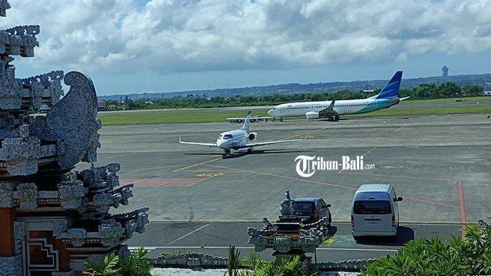 Suasana airside Bandara Internasional I Gusti Ngurah Rai Bali dari ruang tunggu terminal domestik.