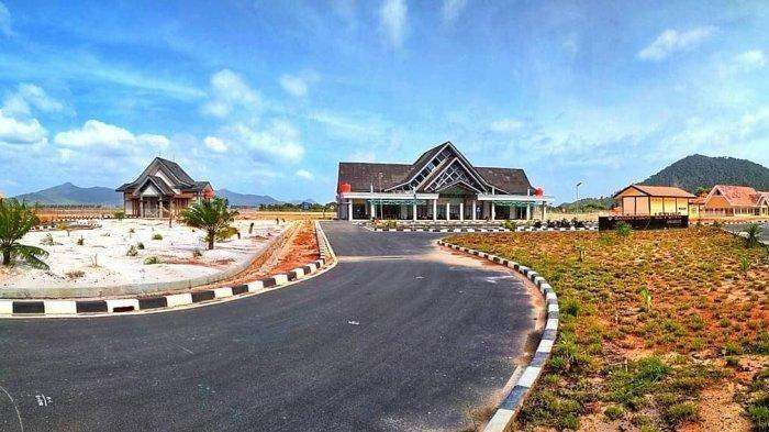 Bandara Letung di Kabupaten Kepulauan Anambas, Kepulauan Riau merupakan satu di antara bandara yang beroperasi paling baru di Indonesia.