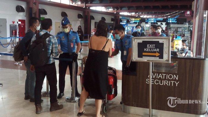 Suasana calon penumpang yang hendak mudik melalui Bandara Soekarno Hatta, Tangerang, pada hari terakhir pemberlakuan pengetatan mudik, terlihat pada sore hari jumlahnya mulai menurun, Rabu (5/5/2021). Masa terakhir ini benar-benar dimanfaatkan warga untuk mudik ke kampung halamannya, sebelum pemberlakuan larangan mudik dilakukan pada 6 Mei hingga 17 Mei dilanjutkan pada 18 Mei hingga 24 Mei. (WARTAKOTA/Nur Ichsan)