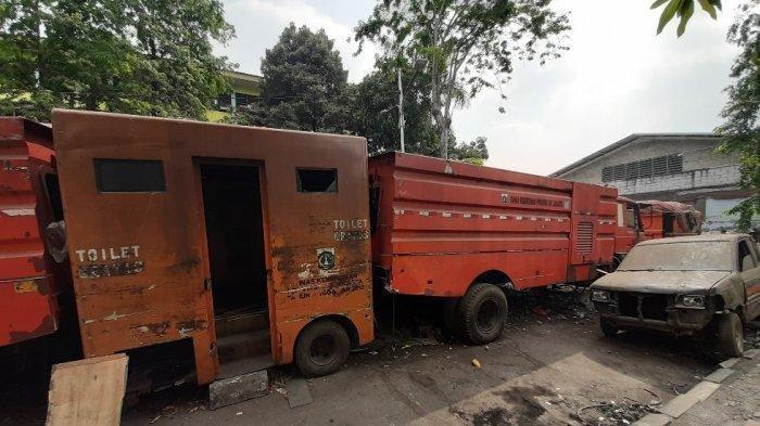 Bangkai Mobil Milik Dinas Kebersihan Provinsi DKI Jakarta Terbengkalai di Depan SMPN 71 Jakarta