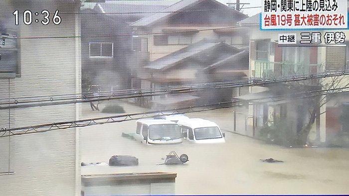 Taifun No.19 membawa hujan sangat deras, mengakibatkan banjir setinggi satu meter di Kota Ise Perfektur Mie Jepang, Sabtu (12/10/2019).