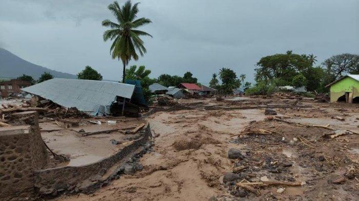 Banjir bandang menerjang wilayah Waiwerang di Pulau Adonara Kabupeten Flores Timur pada Sabtu 3 April 2021. Flotim menjadi salah satu wilayah terparah akibat badai siklon tropis yang melanda NTT kali ini.