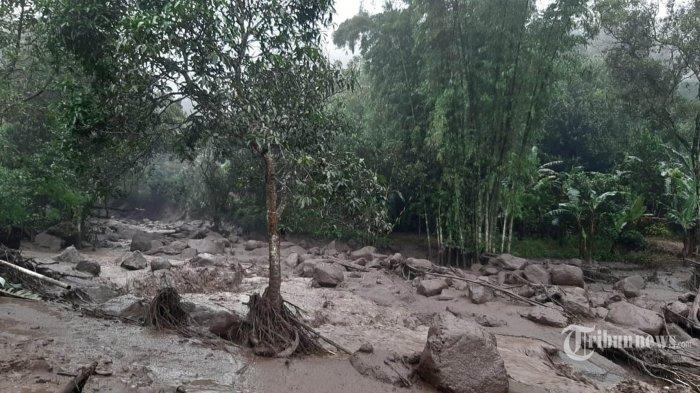Banjir bandang menerjang permukiman warga di kawasan Gunung Mas, Desa Tugu Selatan, Cisarua, Kabupaten Bogor, Selasa (19/1/2021). Banjir bandang tersebut diduga terjadi karena luapan air Kali Cisampay yang tertutup material longsor. TribunnewsBogor.com/Yudhistra Wanne