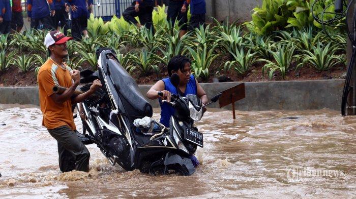 Tim Rescue Basarnas Bandung ke Bekasi Bantu Pencarian Korban Jebolnya Tanggul Sungai Citarum