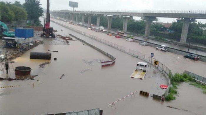 Akibat curah hujan tinggi yang turun secara menerus sejak dini hari tadi, Jalan Tol Jakarta-Cikampek arah Jakarta mulai banjir. Foto diambil Rabu (1//1/2020)