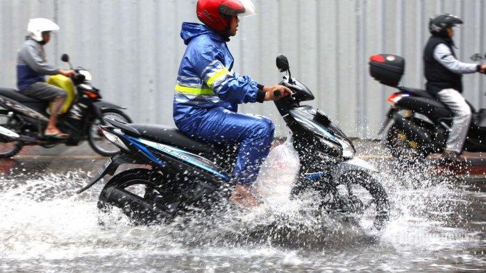 Tips Memilih Jas Hujan Untuk Berkendara Saat Musim Hujan