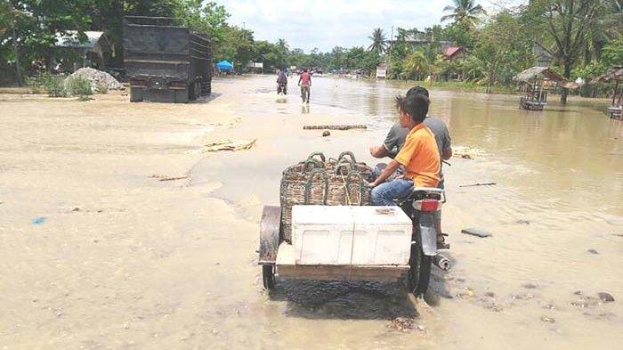 Warga Sejumlah Desa di Kecamatan Matangkuli Sahur Pertama di Tengah Kepungan Banjir
