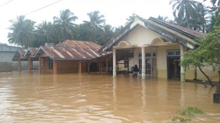 Intensitas curah hujan yang tinggi sejak Senin mengakibatkan banjir di wilayah hukum Polsek Toili, Banggai, Sulawesi Tengah, Kamis (18/7/2019) pukul 05.00 Wita. Banjir setinggi 30-50 cm menggenangi 10 desa di 3 kecamatan yaitu Kecamatan Moilong (5 desa), Kecamatan Toili (4 desa), dan Kecamatan Toili Barat (1 desa).