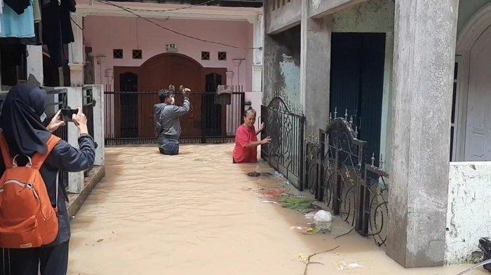 Banjir merendam pemukiman warga di Kampung Lebak, Teluk Pucung, Bekasi Utara, Kota Bekasi, Senin (8/2/2021). BPBD mencatat 94 lokasi banjir di Kota Bekasi terendam banjir.