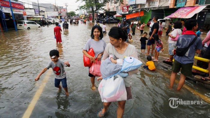 Jalan Raya Ciledug di Ciledug, Kota Tangerang tergenang banjir Kamis (2/1/2020). Kawasan permukiman ini tergenang akibat luapan Kali Angke. Warta Kota/Alex Suban