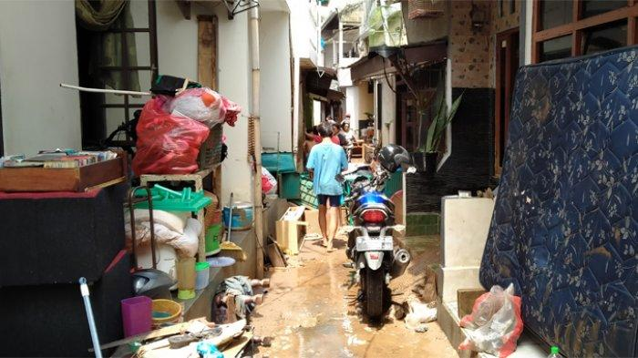 Banjir di Wilayah Jati Padang Mulai Surut, Warga Bersihkan Rumah dari Lumpur dan Sampah
