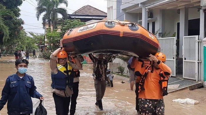 Banjir Kiriman Rendam 8 Perumahan di Bekasi, di Villa Jatirasa Warga Evakuasi Bayi Pakai Bak Mandi