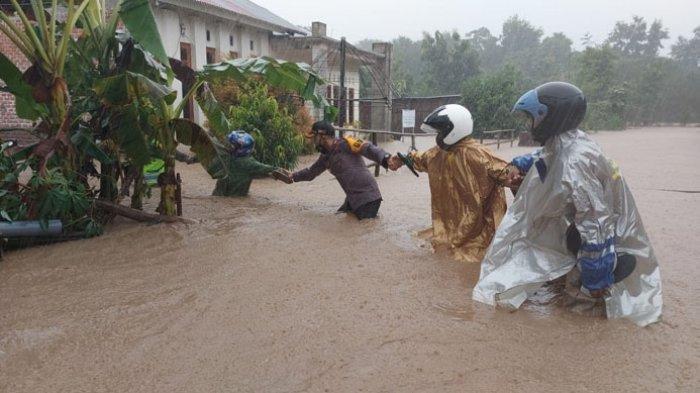 Kapolres TTU dan para anggotanya saat mengevakuasi warga dari kepungan banjir di Kota Kefamenanu, Minggu, 04/04/2021