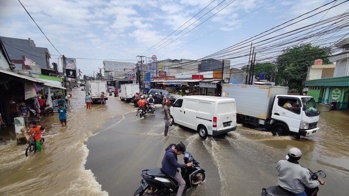 Air Kali Lincin Terus Meluas,Sudah Berjam-jam Simpang Mampang Depok Digenangi Banjir