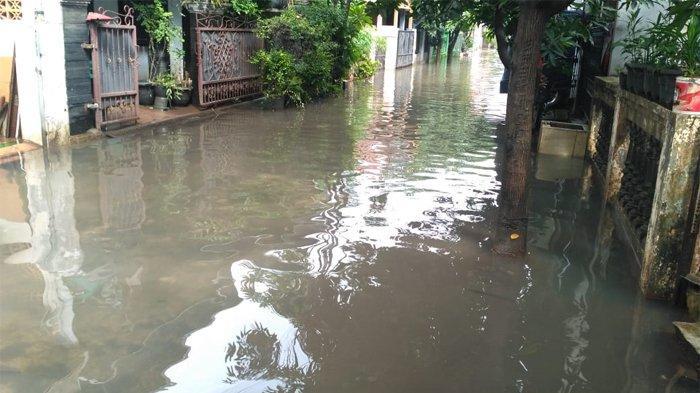 Banjir yang merendam Perumahan Pondok Surya Mandala, Jakamulya, Bekasi, Jawa Barat, mulai berangsur surut.
