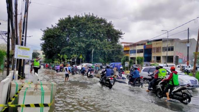 Jalur Penghubung Tangerang - Jakarta Tergenang Air 20 Centimeter, Banyak Pemotor Ragu Melintas