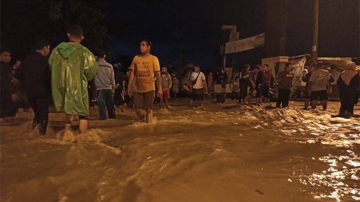 Banjir besar merendam ratusan rumah warga yang berada di Komplek Perumahan De Flamboyan, Desa Tanjung Selamat, Sunggal, Deliserdang, Jumat (4/12/2020) dini hari.