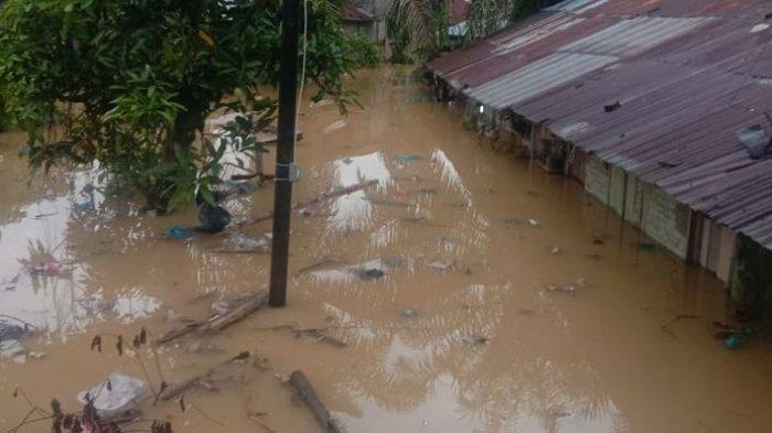 Banjir hingga ketinggian 2 meter terjadi di Kampung Semut, Kelurahan Bandar Utama, Kecamatan Tebingtinggi Kota, Kota Tebingtinggi. Air Sungai Padang meluap dan membanjiri kawasan ini, Jumat (27/11/2020).