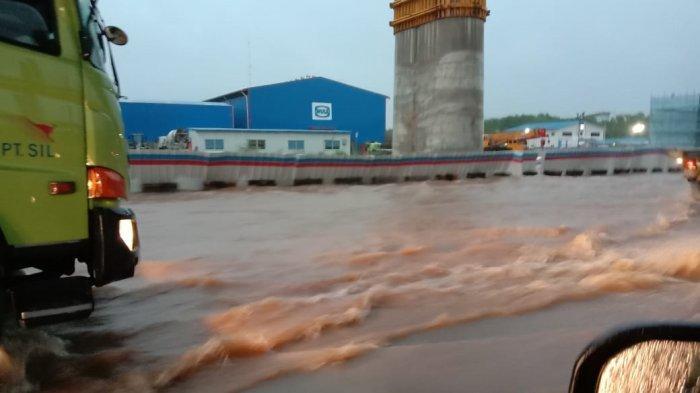 Banjir melanda ruas jalan tol Bekasi arah ke Jakarta mengakibatkan kemacetan parah, Selasa (25/2/2020) pagi. Warga yang hendak bekerja memilih kembali ke rumah karena tidak bisa menembus banjir menuju ke tempat kerja mereka di Jakarta.