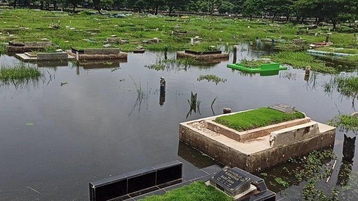 Banjir merendam sejumlah makam yang berada di TPU Semper, Cilincing, Jakarta Utara, Senin (1/2/2021).