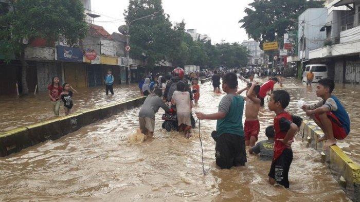 Banjir yang merendam Jalan Jatinegara Barat Raya akibat luapan Sungai Ciliwung menyebabkan sejumlah kendaraan mogok, Jumat (26/4/2019)