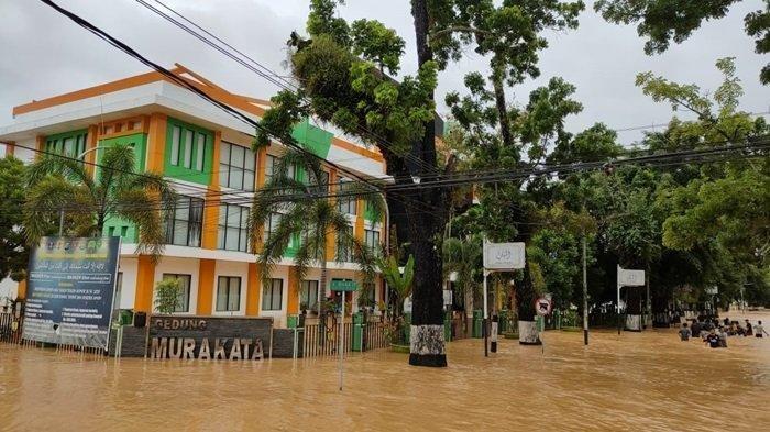 Banjir tinggi melanda Kota Barabai menggenangi seluruh perkantoran hingga aktivitas pegawai lumpuh total, Jumat (15/1/2021)
