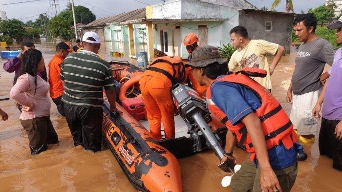 Muhadjir, Basuki dan Kepala BNPB Tinjau Lokasi Banjir Akibat Jebolnya Tanggul Sungai Citarum