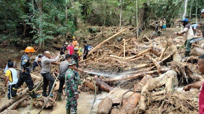 Aparat gabungan melakukan evakuasi para korban longsor di Kayong Utara, Rabu 14 Juli 2021. Satu orang berjenis kelamin perempuan meninggal dunia.