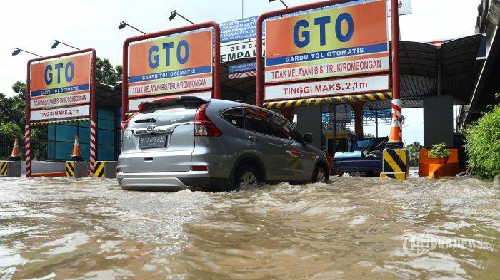 Gerbang Tol Cempaka Putih yang tergenang banjir di Jakarta, Minggu (23/2/2020). Hujan deras yang mengguyur sejak Minggu 23 Februari dini hari menyebabkan banjir di sejumlah wilayah Ibukota. TRIBUNNEWS/IRWAN RISMAWAN