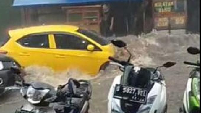 Banjir di Bandung: Jalan Sukamulya Berubah Jadi Sungai, Hanyutkan Mobil dan Motor