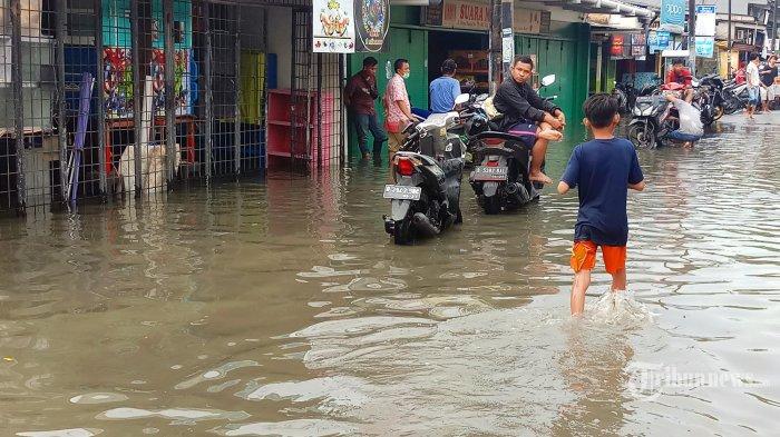 Diguyur Hujan Sejak Dini Hari, Jalan Suprapto Cempaka Putih Sempat Tergenang 20 Cm
