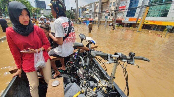 Pasca banjir guyuran hujan pergantian Tahun Baru 2020 wilayah Kebon Jeruk dan sekitarnya, ke arah kantor Grid Network, Jl Panjang, Kebon Jeruk terus ke jalan Daan Mogot Jakarta, hingga saat ini air belum surut masih sepinggang orang dewasa, Kamis (2/1/2020). Para warga menyeberang dengan menggunakan perahu karet. FOTO-FOTO DIDI KASIM/GRID NETWORK