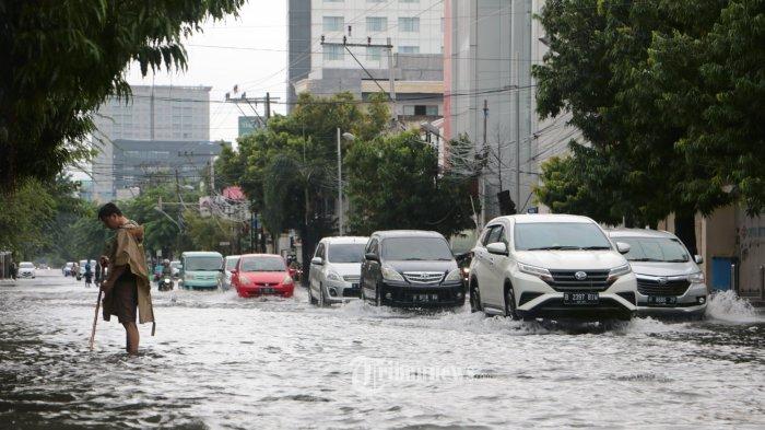 Sejumlah pengendara terlihat melintas di Jalan Gajahmada Semarang yang terendam banjir akibat hujan yang mengguyur semalam, Sabtu (6/2/21). Berikut ruas jalan yang terendam banjir di Kota Semarang, Jakan Dr Cipto setinggi 30cm, Jalan Muktiharjo arah Kaligawe dan Tlogosari banjir skitar 50cm, Jalan Jend sudirman 40cm, Nol kilometer depan Kantor Pos Semarang 40 cm, Jalan Citarum banjir sekitar 30 cm, Kawasan Kranggan deretan toko mas smpi gapura pecinan banjir smpi 40 cm, Pucang gading raya 30 cm, Jalan Mangkang Raya (depan aneka jaya) 40- 50 cm, Jalan Majapahit (DPN RSJ ) 30 cm, Tlogosari banjir 30 - 40 cm,  Iman Bonjol (stasiun ponjol) banjir 20 cm, Kuala mas raya banjir 20 - 30 cm, Jalan Taman Tawang ( stasiun Tawang) banjir 20 - 40 cm dan Puri anjasmoro semarang indah dsknya ketinggian air +-30cm. (Tribun Jateng/Hermawan Handaka)