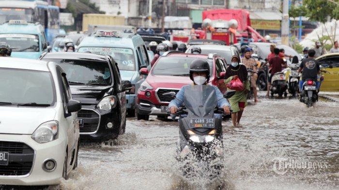 Lima Tips Aman Berkendara dengan Mobil Matic Saat Banjir