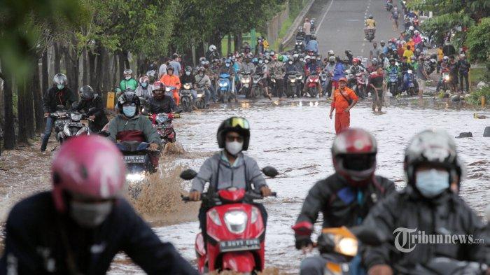 Sejumlah kendaraan nekat menerobos banjir yang merendam akses Jalan TB Simatupang, Jakarta Selatan, Sabtu (20/2/2021). Banjir setingi 50 sentimeter membuat banyak kendaraan yang memaksa menerobos mogok di tengah banjir. Genangan masih terlihat di Jalan TB Simatupang, tepatnya di depan SPBU TB Simatupang yang terletak di sebelah ruas jalan tol. Tribunnews/Jeprima