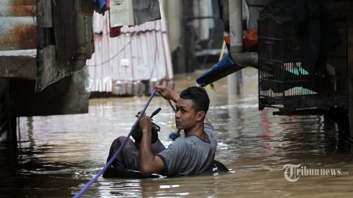 Waspadai Risiko Penyakit Saat Musim Banjir, Bisakah Virus Corona Tertular Melalui Air?